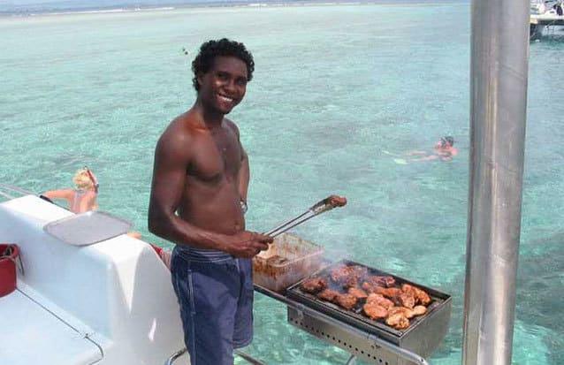 Déjeuner un véritable barbecue de poisson frais, poulet frais et salade à bord du catamaran