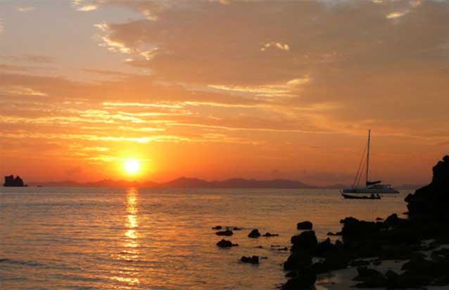 partez à la tombée de la nuit pour admirez le coucher de soleil depuis un catamaran
